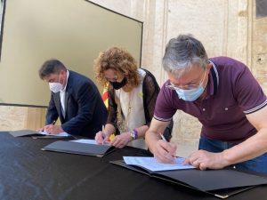 Alcalde de Corbera, Consellera de Justícia i President Associació Poble Vell signant conveni