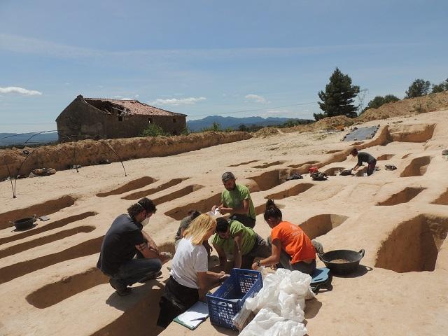 Equip d'arqueòlegs treballant a la fossa de Santa Magdalena